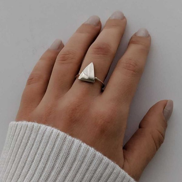 anillo triángulo exhibido