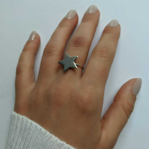 anillo estrella exhibido