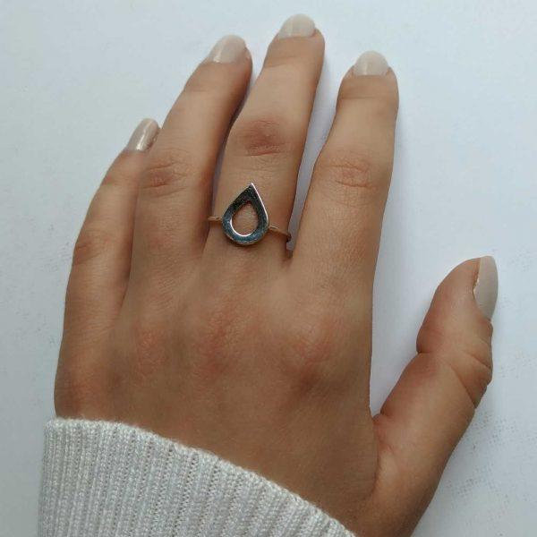 anillo gota exhibido