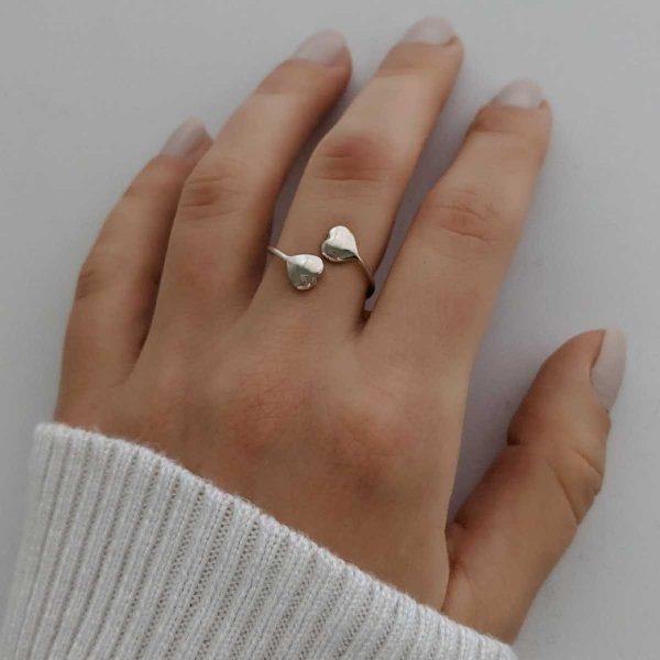 anillo dos corazones exhibido