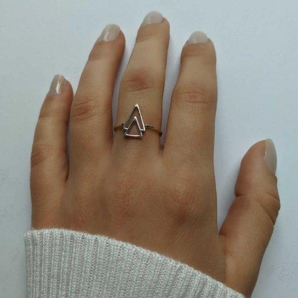 anillo doble triángulo exhibido