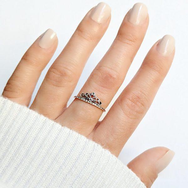 anillo corona mano