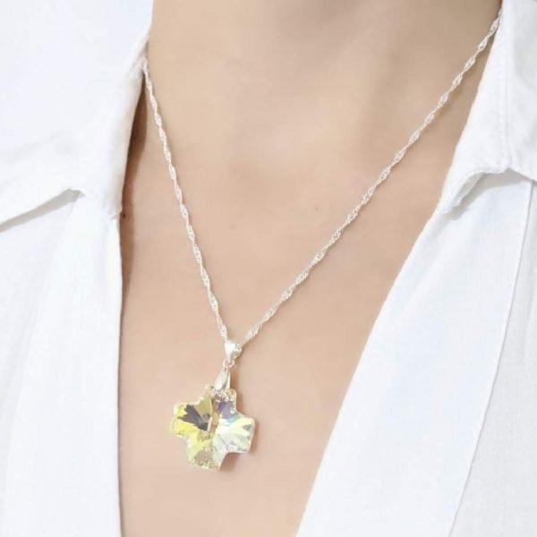 Collar Swarovski cruz del equilibrio aurora boreal